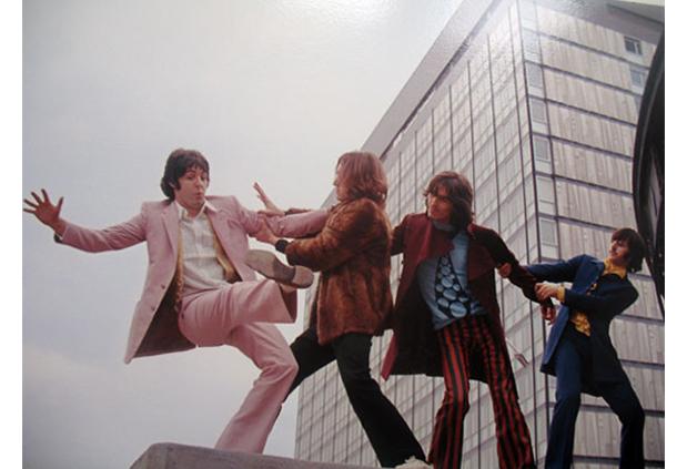 Když se The Beatles poprvé objevili na americké půdě (v Ed Sullivan Show), byli oblečení do sladěných tmavých obleků. Ale se 70. léty na obzoru a válkou ve Vietnamu v zádech jim tento styl nevydržel dlouho. Paul, John, George a Ringo brzy opustili úzké obleky a natáhli na sebe divoké hábity psychedelické skoro tak, jako jejich stále experimentálnější hudba.