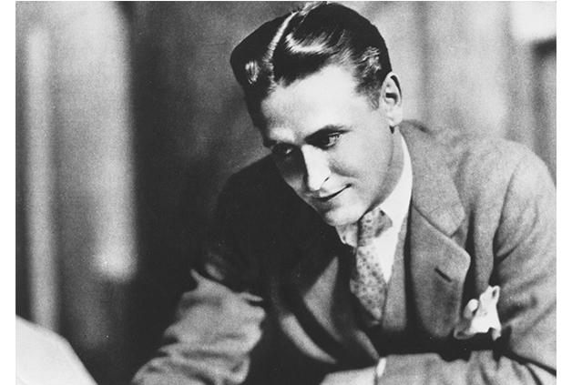 F.Scott Fitzgerald – sám muž, který Gatsbyho stvořil, byl na svou dobu vyznavačem umírněnějšího stylu, ale také on měl v oblibě tehdy obvyklé trojdílné obleky a výrazné kapesníčky.