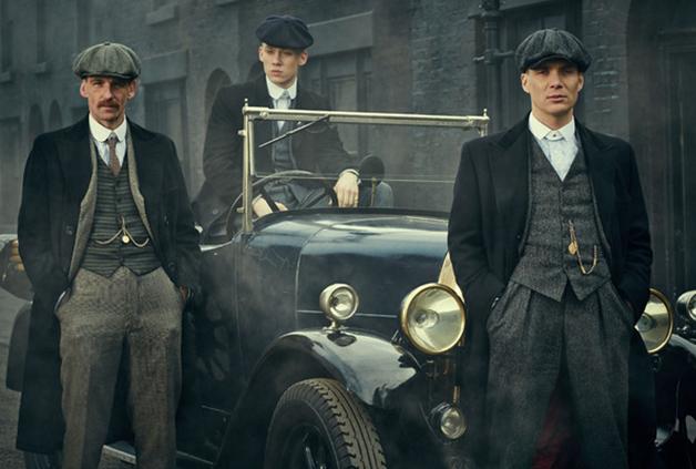 Cillian Murphy, který hraje ozbrojeného gangstera v seriálu Peaky Blinders – Gangy z Birminghamu, vypadá s neviditelnou kravatou velmi stylově.
