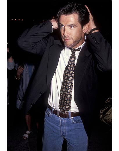 Pierce Brosnan. Jak poznáte, že to byly těžké časy? Když si uvědomíte, že dokonce i James Bond si myslel, že je v pořádku vzít si sako k džínám z máminy skříně.