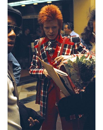 Dokonce i na über-podivném konci ikonického spektra (kde je Bowie prakticky císařem) byly klopy obrovské a kravatové uzly ještě větší.