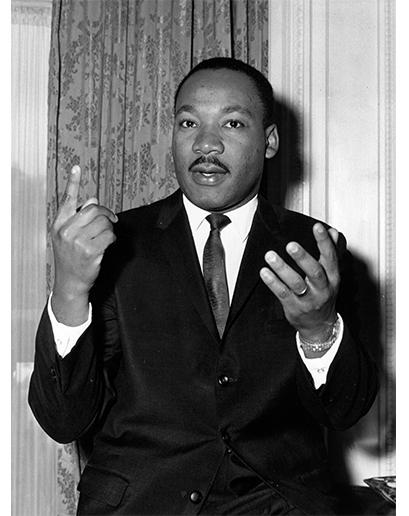 Obleky Dr. Kinga byly jedním dílem pro politika, druhým dílem pro kazatele – ale všechny vypadaly skvěle (všimněte si kovových knoflíků na jeho saku).