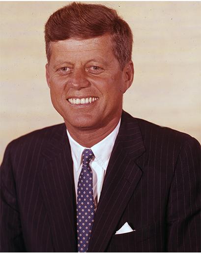 JFK byl ztělesněním toho, čemu dnes říkáme americký preppy styl, včetně obleků. Vzor proužků, bílá košile a kravata v barvách univerzity dodnes zůstaly nepřekonanou stylovou klasickou všech klasik. Sázka na jistotu.