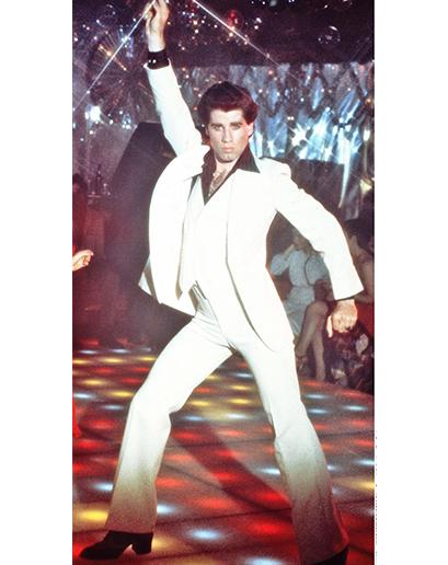 John Travolta. Disco zachovalo zvonové kalhoty, které nosili hippies, zbavilo se kytek a přihodilo trochu chlupů na hrudi (výsledek byl přinejmenším zvláštní).