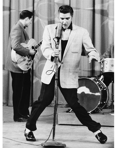 Presleyho exhibicionismus se přenášel i do jeho stylu oblékání – nejraději měl saka a bundy ležérnějšího střihu, která nosil přes polo trička. Jeho bílé ponožky připravily půdu pro nástup rebelského rockového stylu oblékání.