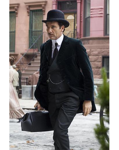 Clive Owen v seriálu Knick: Doktoři bez hranic. Vlasy má neupravené (možná je to důsledek jeho nadměrné konzumace kokainu), ale oblek je za všech okolností perfektní.