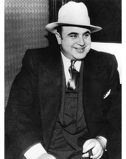 Nejslavnější gangster všech dob, Al Capone, byl vzácnou výjimkou v jedné z nejfádnějších ér historie pánské módy v Americe. Jeho klasický styl sestávající z trojdílných obleků a pořádně výrazných šperků je rádoby gangstery napodobován dodnes.