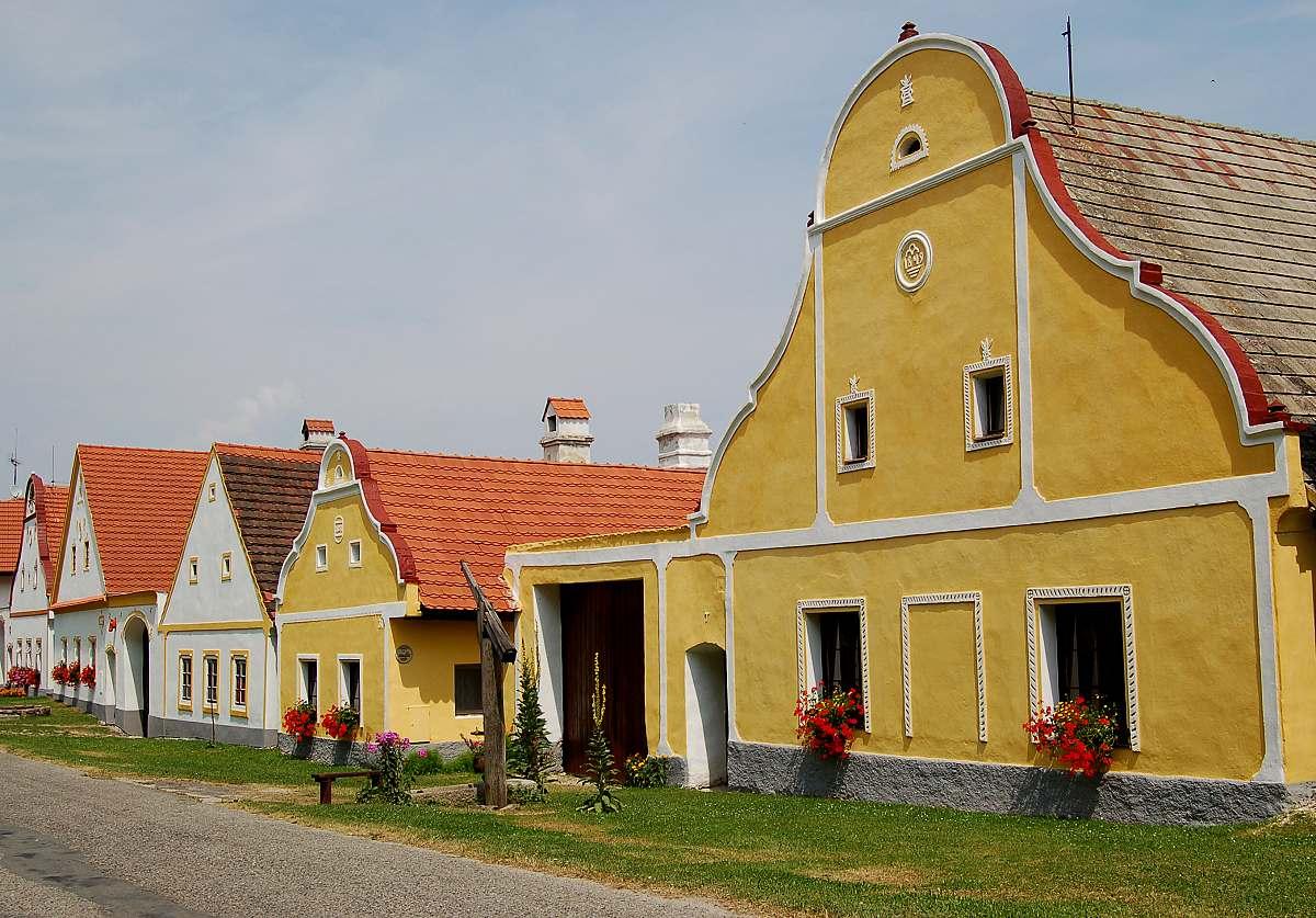 Vesnice Holašovice - příklad snobství. Vesničané kopírovali měšťanské barokní domy a měšťané kopírovali šlechtická sídla. Prostě snaha být jako oni.