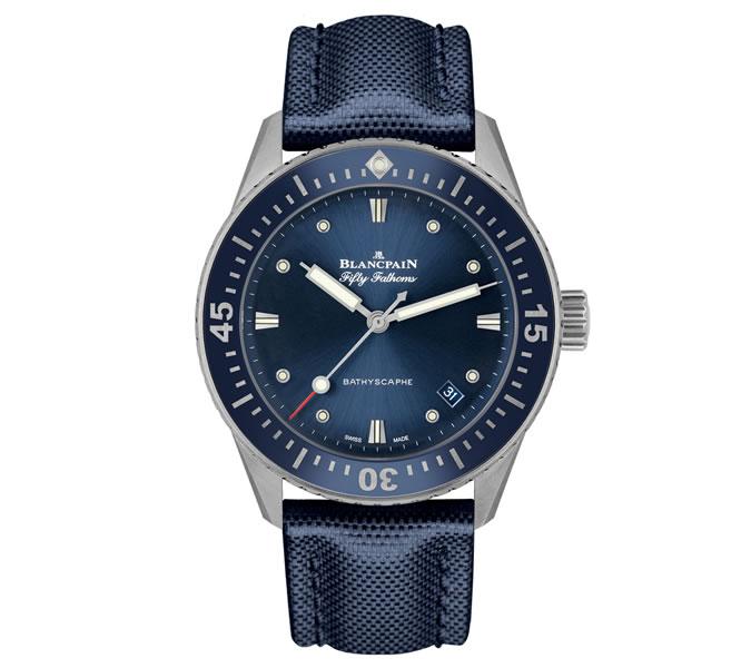 Blancpain Fifty Fathoms Bathyscaphe Abyss Blue - pravděpodobně nejlepší sportovně luxusní hodinky vůbec. Ciferník je oproti ostatním modelům menší, ač to není na první pohled vidět, a proto je skvělý, pokud nemáte zrovna nejsilnější zápěstí.