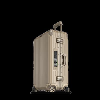 Cestovní kufry Rimowa, které koupíte třeba v butiku v Pařížské, jsou nezničitelná investice na celý život. Pokud hodně cestujete, rozhodně stojí za to.