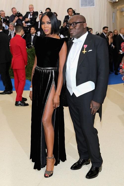 Nový šéfredaktor Vogue UK, Edward Enninful měl na míru ušitý frak od Burberry a Naomi na u boku. Konkuruje Tomu Bradymu.