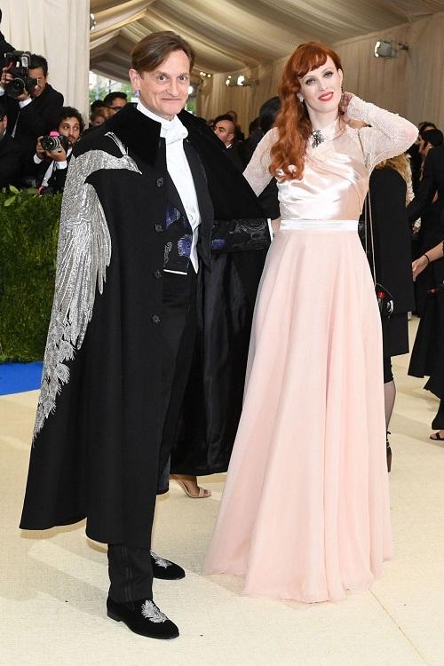 Hamish Bowles reprezentoval americký Vogue po boku Karen Elson.