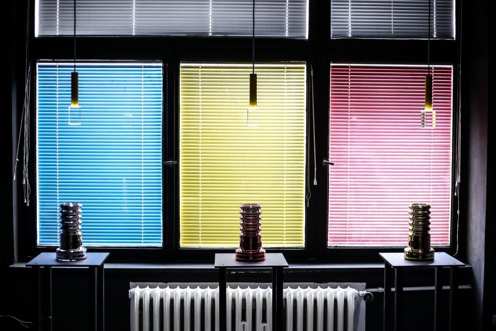 Instalace od Davida Černého, který získal cenu Objev roku 2017. Studuje v rámci Ateliéru skla na UMPRUM.