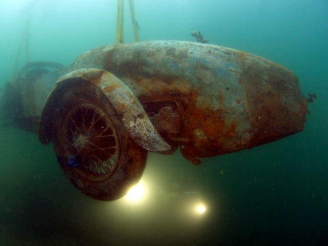 Bugatti po desetiletích na dně jezera.