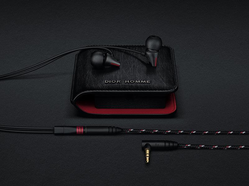 Dior Homme x Sennheiser - kapesní sluchátka s pouzdrem z černé broušené kůže.