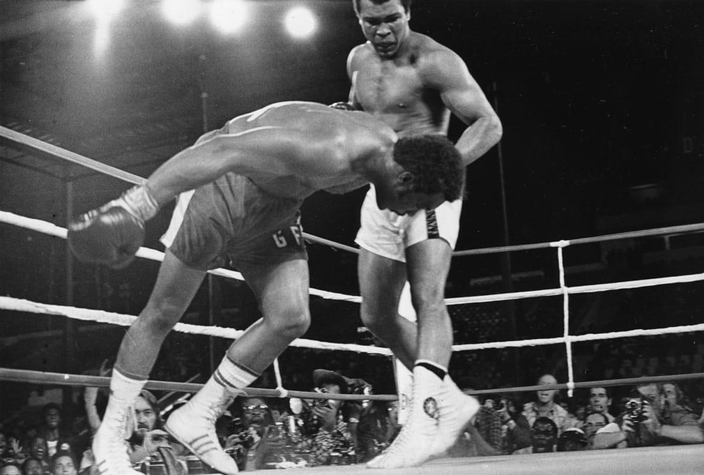 Boxeři nikdy nevypadají dobře, když jdou k zemi. Na tomto snímku ale George Foreman připomíná právě pokácený strom.