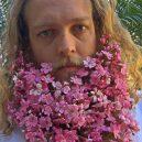 Muži s květinami - flower-beard8galerie8