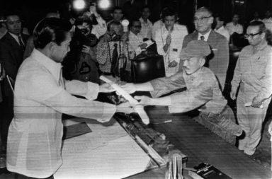 11. března 1974, Hiroo Onoda předává svůj meč filipínskému prezidentovi Ferdinandu Marcosovi na znamení kapitulace.