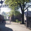 Takhle vypadá Osvětim. Hitler tady nechal zavraždit víc než milión lidí - 1024px-entrance_auschwitz_i