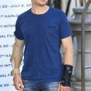 Módní best of Jeremyho Rennera - 15_do-varu-prijel-v-lezerne-modre-a-s-obema-rukama-zlomenyma