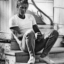 Nadčasová elegance Steva McQueena - 2_bile-triko-dziny-a-trochu-netradicne-v-teniskach