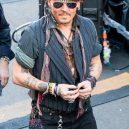 Styl Johnnyho Deppa ženy milují, muži obdivují - 2_tohle-uz-je-trochu-moc-johnny-si-to-dovolit-ale-muze
