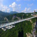Nejdelší a nejvyšší skleněný most světa. Dejte pozor na závratě! - gettyimages-592274758_custom-b1a527703c05b2f7d48f5fe3bcbe5218f17a0dcd-s1300-c85