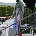 Jared Leto se nebojí měnit barvy. Je to módní chameleon - kosile-dziny-slip-on-tenisky-nic-vic-nic-min