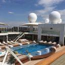 Co skrývají paluby největší obytné jachty? - 3_bazen-jako-v-luxusnim-hotelu