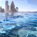 Podívejte se, jak se plave v bazénu se skleněným dnem 150 metrů nad zemí. - 920×920-3