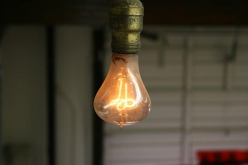 Vlákno se již značně ztenčilo a z 30 wattů produkuje jen čtyři