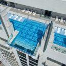 Podívejte se, jak se plave v bazénu se skleněným dnem 150 metrů nad zemí. - glass-bottomed-sky-pool-market-square-tower-houston-texas_dezeen_hero-852×480