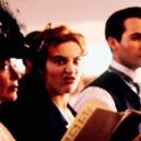 """Podívejte se na """"veselé historky"""" z natáčení Titaniku - kate-winslet-behem-sceny-kdy-zpiva-hymnu"""