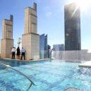 Podívejte se, jak se plave v bazénu se skleněným dnem 150 metrů nad zemí. - market-square-tower81e5
