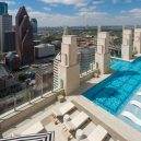Podívejte se, jak se plave v bazénu se skleněným dnem 150 metrů nad zemí. - market-square-towers-pool-edge-glasspool0417