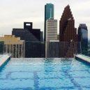Podívejte se, jak se plave v bazénu se skleněným dnem 150 metrů nad zemí. - pool-cover-866×487