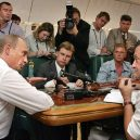 Putinův luxusní letoun se zlatou toaletou předčí i Air Force One? - putin-v-letadle-porada-i-tiskove-konference-pro-novinare