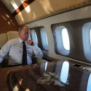 Putinův luxusní letoun se zlatou toaletou předčí i Air Force One? - vladimir-putin-odpociva-v-letadle-pri-ceste-zpet
