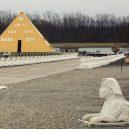 Betonář postavil v Illinois zlatou vilu ve tvaru pyramidy - 0005-vila
