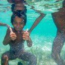 Lidé kmene Bajau žijí v ráji - Bajau children learn to play on the sea at an early age.