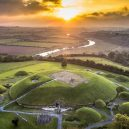 Brú na Bóinne – prehistorický poklad Irska - knowth-sunset-copter-view-ireland-1-of-1