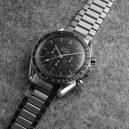 60letá evoluce Speedmasterů. Jak šel čas s hodinkami do vesmíru? 1957-1969 - 08-prvni-hodinky-na-mesici-rok-1965-ref-150616-kalibr-321-42-mm-prvni-model-s-lehce-asymetrickym-pouzdrem-chranicim-korunku-a-tlacitka