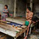 Lidé v klecích a bez toalet: Podívejte se na šokující fotodokumentaci z indonéských blázinců - 22752