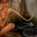 Lidé v klecích a bez toalet: Podívejte se na šokující fotodokumentaci z indonéských blázinců - 22753
