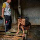 Lidé v klecích a bez toalet: Podívejte se na šokující fotodokumentaci z indonéských blázinců - 22755