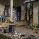 Lidé v klecích a bez toalet: Podívejte se na šokující fotodokumentaci z indonéských blázinců - 22759