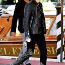 Co nejraději nosí Jim Carrey? Asi dámské plavky! - S biker jacket nic nezkazíš.