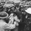 """Britský masakr domácích zvířat během 2. světové války - Rescue of a puppy during the Blitz, South London, c 1940. """""""
