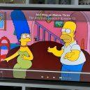 10 chyb v nesmrtelném seriálu Simpsonovi - A tady to můžete vidět na vlastní oči. Obrázek nenarozené Maggie se houpe na zdi přímo za Homerem a Marge!