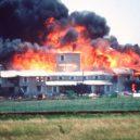 Obléhání Waco – plamenná apokalypsa - branch-davidian-fire-01-gty-jc-180103_16x9_992